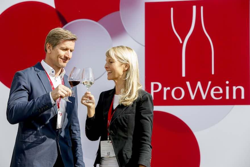 Mann und Frau vor Prowein-Schild