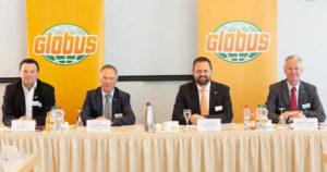 Timo Huwer, Geschäftsführung Globus Baumärkte, Thomas Bruch, geschäftsführender Gesellschafter Globus Holding, Christan Heins, Geschäftsführer Finanzen Globus Holding, und Johannes Scupin, Sprecher der Geschäftsführung Globus SB-Warenhaus, stellen die Unternehmensbilanz vor.