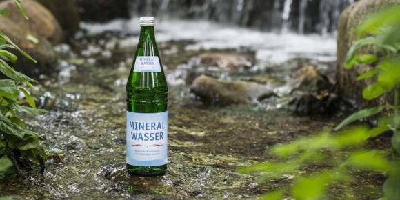 Mineralwasser mit deutlichem Minus
