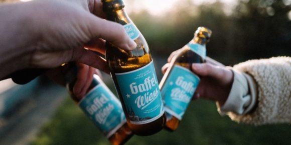 Gaffel bringt Wiess in die Flasche